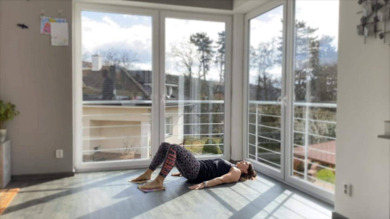Stehna, zadek a břicho s koberečky